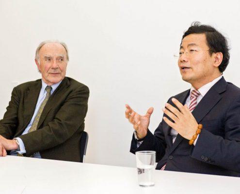 Professor Gerhardt und der Chinesische Konsul im Gespräch beim Vortrag zum Themenland China © Uli Benz