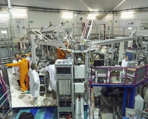 Blick auf die Instrumente der Positronenquelle